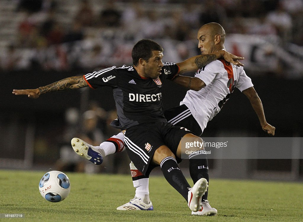 Ledesma of River Plate fights for the ball with Schunke of Estudiantes during the match between River Plate and Estudiantes of Torneo Final 2013 on February 17, 2013 in Buenos Aires, Argentina.