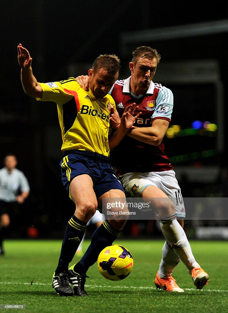 <a gi-track='captionPersonalityLinkClicked' href=/galleries/search?phrase=Lee+Cattermole&family=editorial&specificpeople=646988 ng-click='$event.stopPropagation()'>Lee Cattermole</a> of Sunderland and <a gi-track='captionPersonalityLinkClicked' href=/galleries/search?phrase=Jack+Collison&family=editorial&specificpeople=4431214 ng-click='$event.stopPropagation()'>Jack Collison</a> of West Ham compete for the ball during the Barclays Premier League match between West Ham United and Sunderland at Boleyn Ground on December 14, 2013 in London, England.