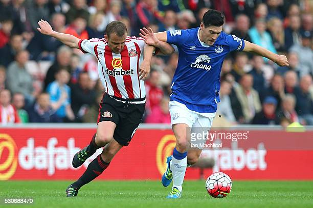 Lee Cattermole of Sunderland challenges Gareth Barry of Everton during the Barclays Premier League match between Sunderland and Everton at the...