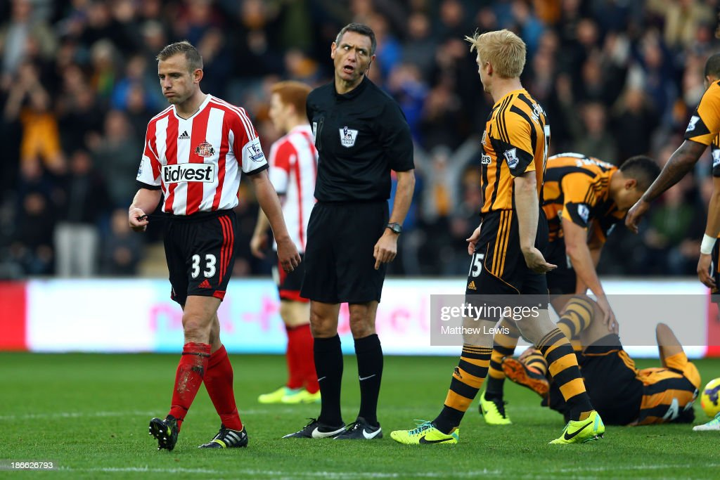 <a gi-track='captionPersonalityLinkClicked' href=/galleries/search?phrase=Lee+Cattermole&family=editorial&specificpeople=646988 ng-click='$event.stopPropagation()'>Lee Cattermole</a> of Sunderland is sent off with a red card by referee <a gi-track='captionPersonalityLinkClicked' href=/galleries/search?phrase=Andre+Marriner&family=editorial&specificpeople=221003 ng-click='$event.stopPropagation()'>Andre Marriner</a> after a foul on <a gi-track='captionPersonalityLinkClicked' href=/galleries/search?phrase=Ahmed+Elmohamady&family=editorial&specificpeople=7140369 ng-click='$event.stopPropagation()'>Ahmed Elmohamady</a> (down) of Hull during the Barclays Premier League match between Hull City and Sunderland at KC Stadium on November 2, 2013 in Hull, England.