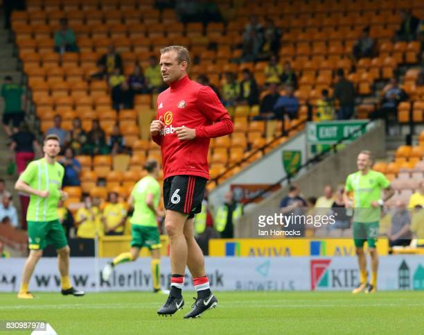 Lee Cattermole of Sunderland warms up before the Sky Bet Championship match between Norwich City and Sunderland at Carrow Road on August 12 2017 in...