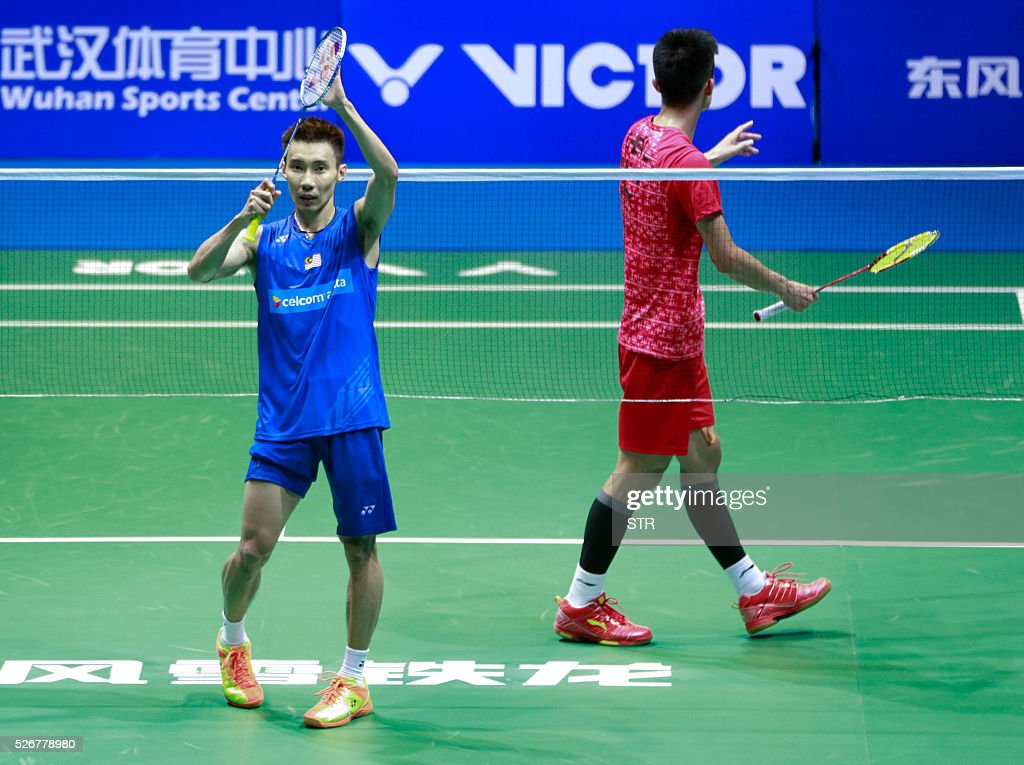 Lee Chong Wei (L) of Malaysia celebrates after winning the men's singles final match against Chen Long of China at the 2016 Badminton Asia Championships in Wuhan, central China's Hubei province on May 1, 2016. / AFP / STR / China OUT
