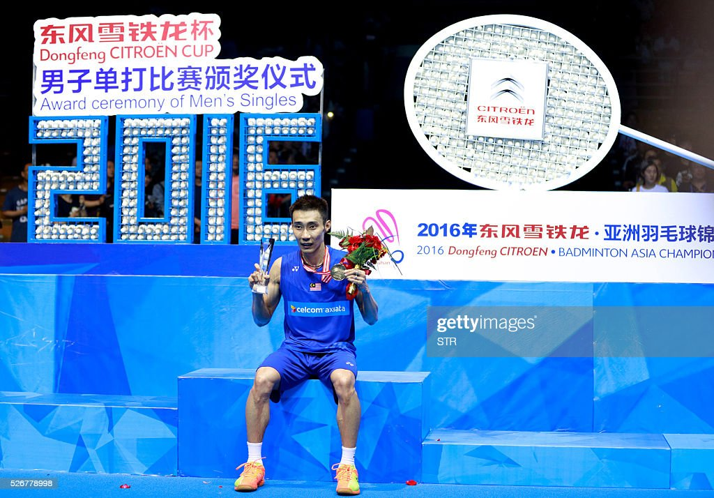 Lee Chong Wei of Malaysia poses with his gold medal after winning the men's singles final match against Chen Long of China at the 2016 Badminton Asia Championships in Wuhan, central China's Hubei province on May 1, 2016. / AFP / STR / China OUT