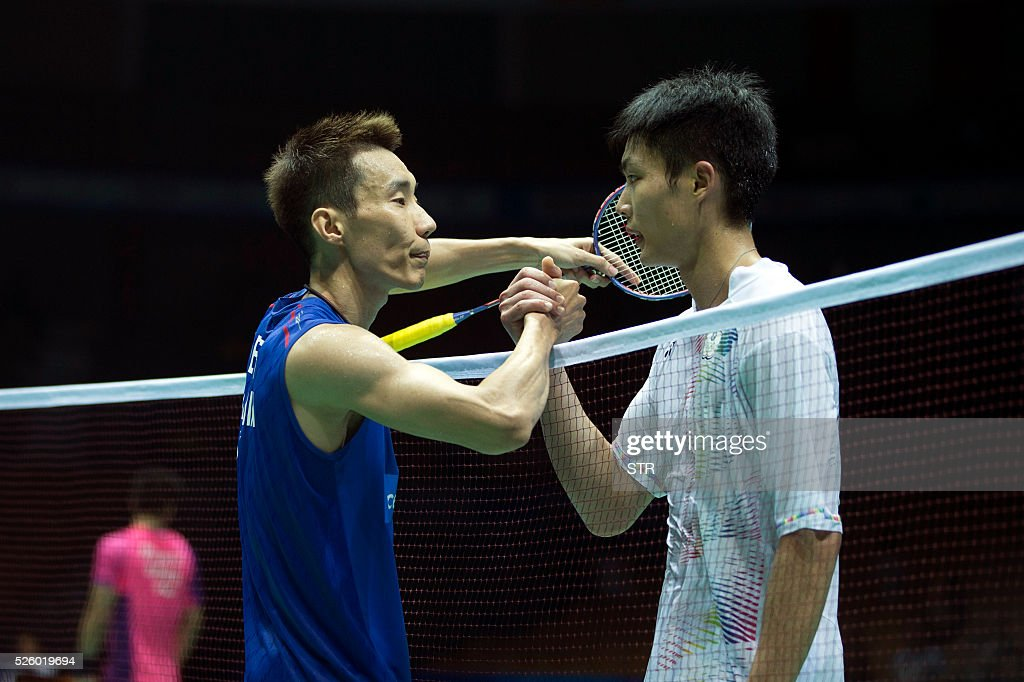 Lee Chong Wei (L) of Malaysia shakes hands with Chou Tien Chen of Taipei after winning their men's singles quarter-final match at the 2016 Badminton Asia Championships in Wuhan, central China's Hubei province on April 29, 2016. / AFP / STR