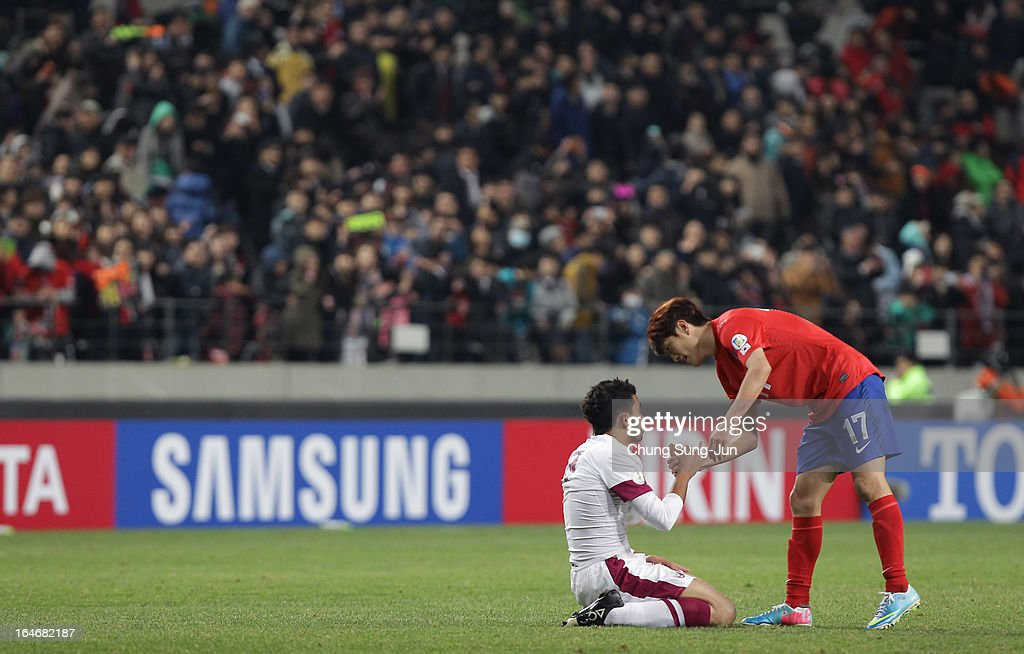 <a gi-track='captionPersonalityLinkClicked' href=/galleries/search?phrase=Lee+Chung-Yong&family=editorial&specificpeople=4379867 ng-click='$event.stopPropagation()'>Lee Chung-Yong</a> of South Korea shakes hands with Ahmed Yasser of Qatar after the FIFA World Cup Qualifier match between South Korea and Qatar at Olympic Stadium on March 26, 2013 in Seoul, South Korea.