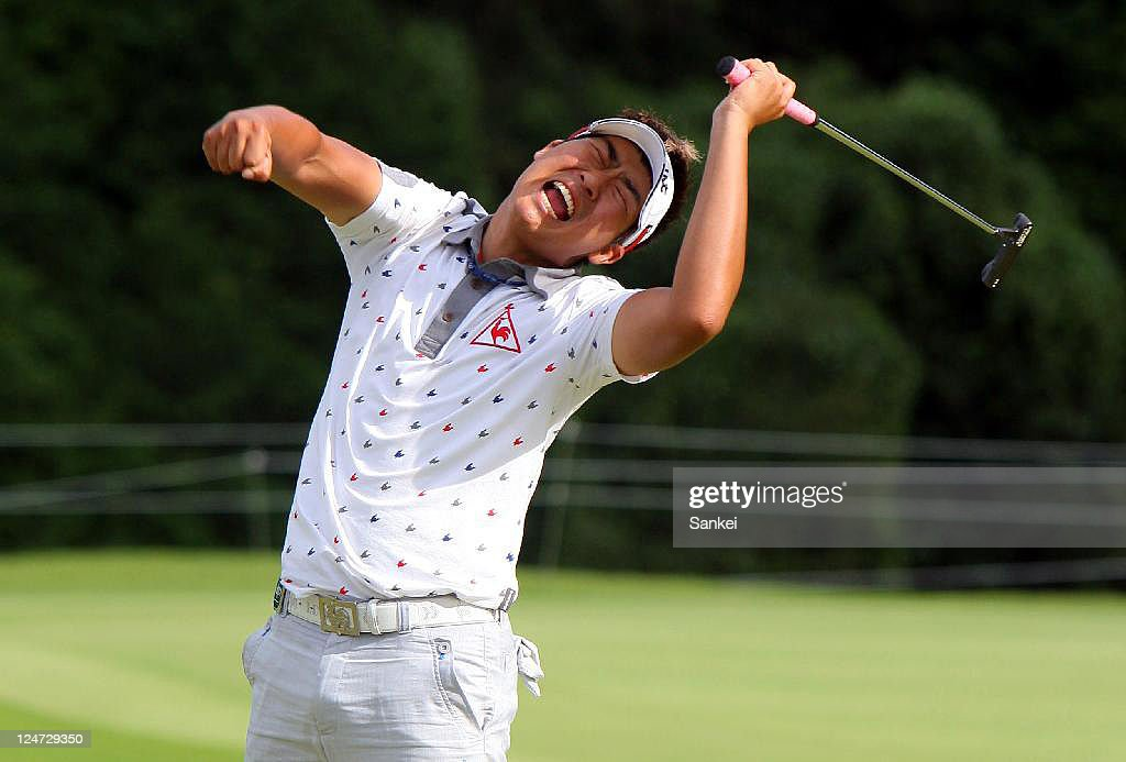 Lee Dong-Hwan celebrates winning the Toshin Golf Tournament at Toshin Lake Wood Country Club on September 11, 2011 in Tsu, Mie, Japan.