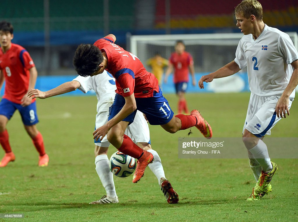 Lee Jiyong of Korea Republic clashes with Jonatan Jonsson of Iceland during the 2014 FIFA Boys Summer Youth Olympic Football Tournament Semi Final match between Korea Republic and Iceland at Jiangning Sports Centre Stadium on August 24, 2014 in Nanjing, China.