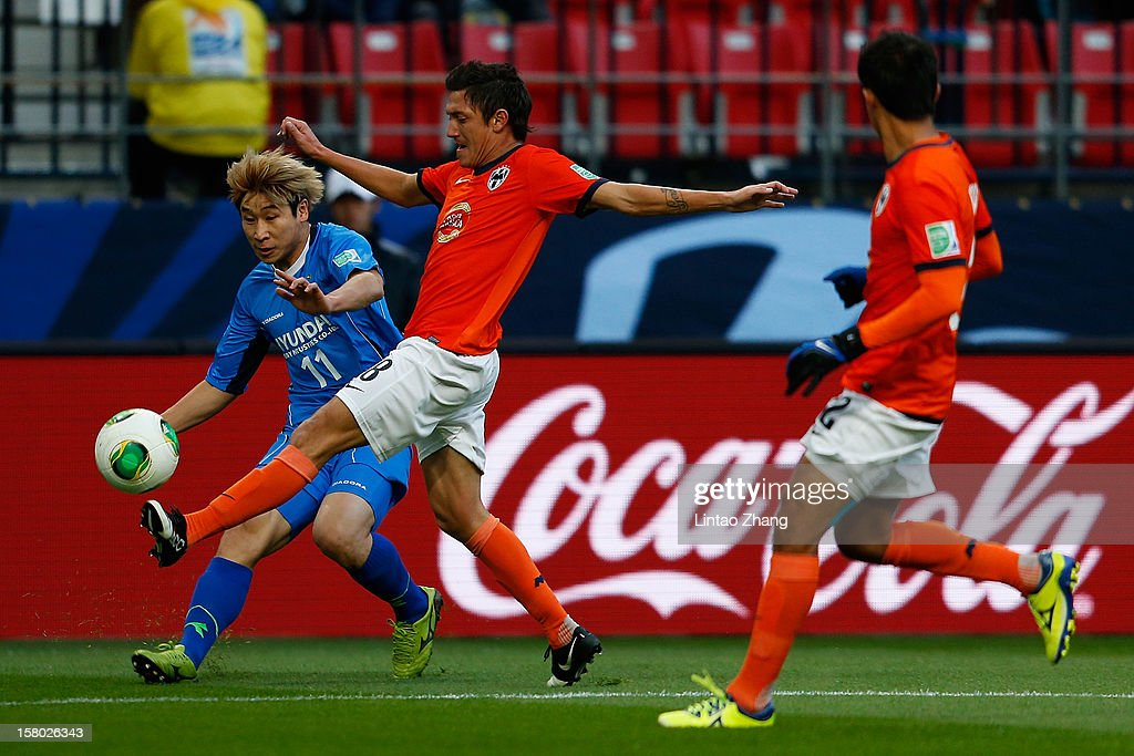 Lee Keunho (L) of Ulsan Hyundai challenges Neri Cardozo (L) of Monterrey (R) of Ulsan Hyundai during the FIFA Club World Cup Quarter Final match between Ulsan Hyundai and CF Monterrey at Toyota Stadium on December 9, 2012 in Toyota, Japan.