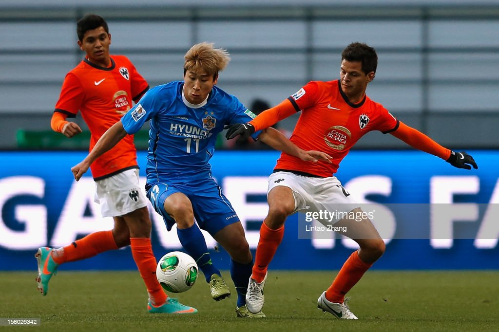 Lee Keunho (C) of Ulsan Hyundai challenges Sergio Perez (R) and Jesus Corona (L) of Monterrey during the FIFA Club World Cup Quarter Final match between Ulsan Hyundai and CF Monterrey at Toyota Stadium on December 9, 2012 in Toyota, Japan.