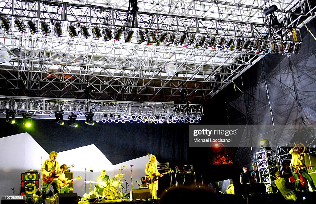 Sonic Youth And Yeah Yeah Yeahs Perform At Mccarran Park Pool August 12 2006 Getty Images