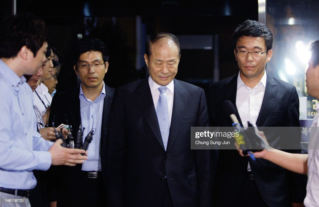 Lee Sangdeuk President Lee Myungbak's elder brother is escorted by investigation officers as he is transferred to a detention house from the...