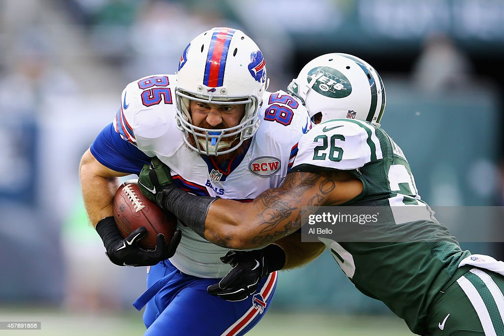 Lee Smith #85 of the Buffalo Bills runs the ball against Dawan Landry #26 of the New York Jets in the first quarter at MetLife Stadium on October 26, 2014 in East Rutherford, New Jersey.