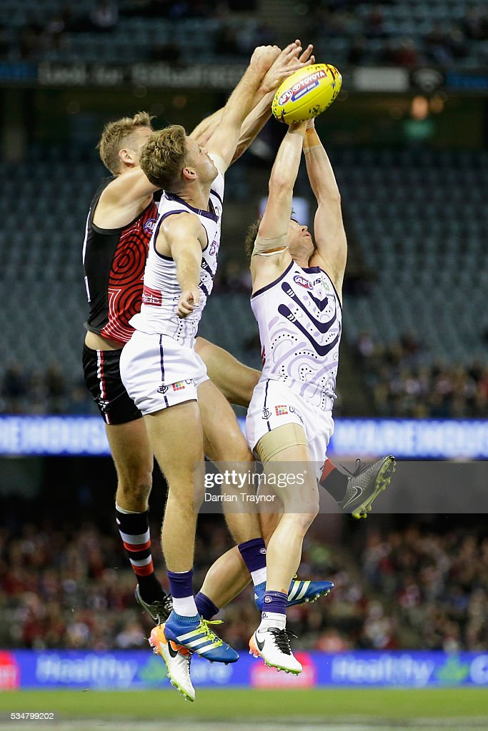 Lee Spurr of the Dockers attempts to mark as Sam Gilbert of the Saints spolis during the round 10 AFL match between the St Kilda Saints and the Fremantle Dockers at Etihad Stadium on May 28, 2016 in Melbourne, Australia.