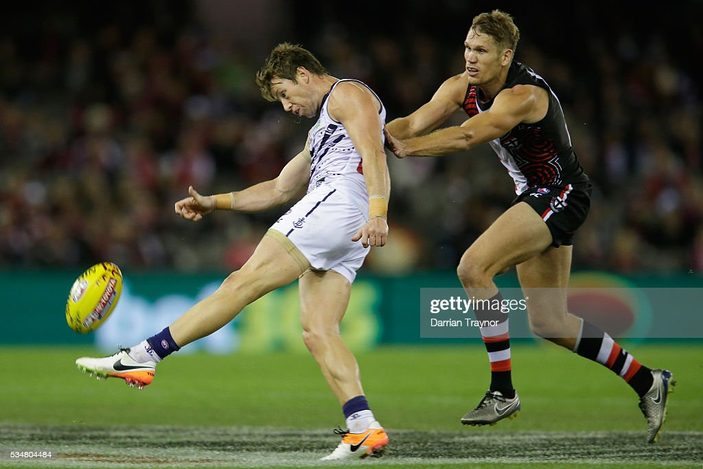 Lee Spurr of the Dockers gets a kick away as Sam Gilbert of the Saints apllies pressure during the round 10 AFL match between the St Kilda Saints and the Fremantle Dockers at Etihad Stadium on May 28, 2016 in Melbourne, Australia.