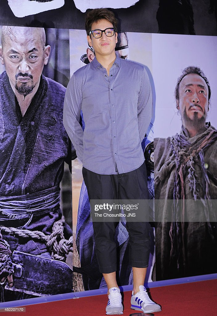 <a gi-track='captionPersonalityLinkClicked' href=/galleries/search?phrase=Lee+Sun-Kyun&family=editorial&specificpeople=4682222 ng-click='$event.stopPropagation()'>Lee Sun-Kyun</a> poses for photographs during the movie 'KUNDO : Age of the Rampant' VIP premiere at COEX Megabox on July 14, 2014 in Seoul, South Korea.