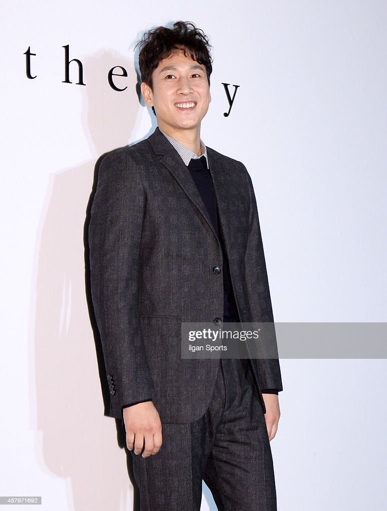 <a gi-track='captionPersonalityLinkClicked' href=/galleries/search?phrase=Lee+Sun-Kyun&family=editorial&specificpeople=4682222 ng-click='$event.stopPropagation()'>Lee Sun-Kyun</a> poses for photographs during the Theory flagship store 2nd anniversary event at Sinsa-dong on October 22, 2014 in Seoul, South Korea.