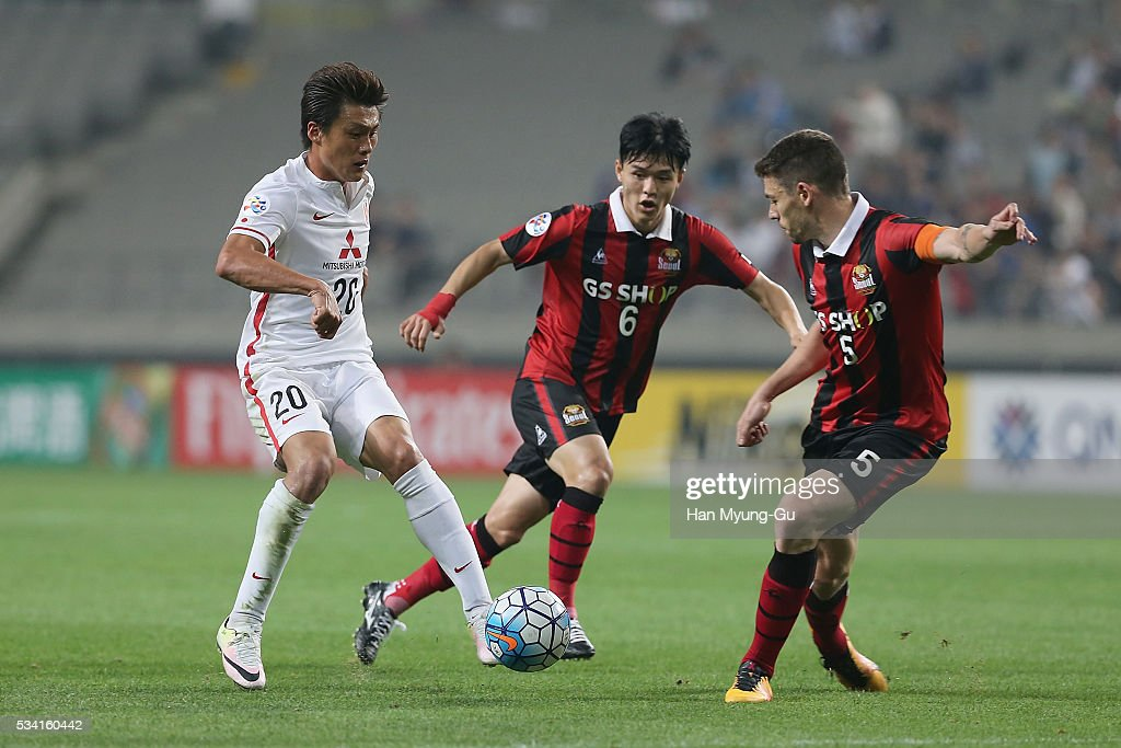 Lee Tadanari of Urawa Red Diamonds fights for the ball with Osmar Barba Ibanez of FC Seoul during the AFC Champions League Round Of 16 match between FC Seoul and Urawa Red Diamonds at Seoul World Cup Stadium on May 25, 2016 in Seoul, South Korea.