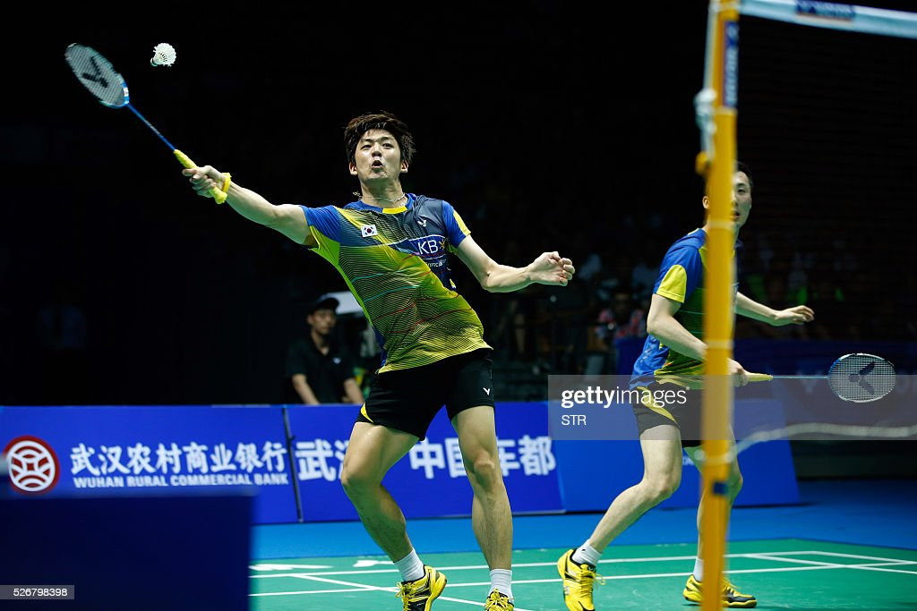Lee Yong Dae (L) and Yoo Yeon Seong of South Korea hit a return to Li Junhui and Liu Yuchen of China during their men's doubles final match at the 2016 Badminton Asia Championships in Wuhan, central China's Hubei province on May 1, 2016. / AFP / STR
