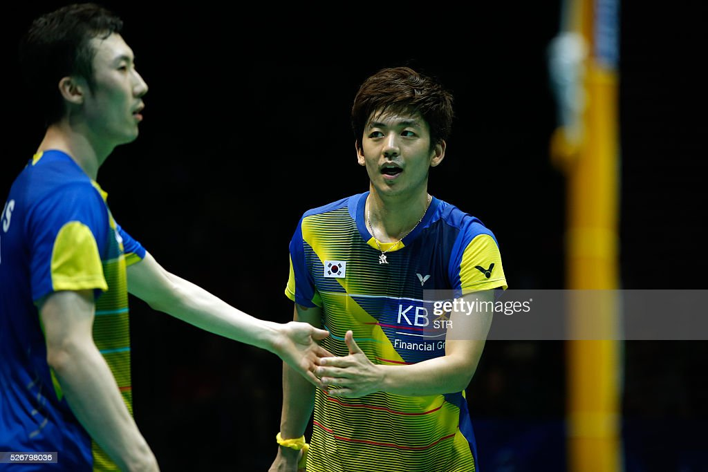 Lee Yong Dae (R) of South Korea touches hands with partner Yoo Yeon Seong of South Korea during their men's doubles final match against Li Junhui and Liu Yuchen of China at the 2016 Badminton Asia Championships in Wuhan, central China's Hubei province on May 1, 2016. / AFP / STR