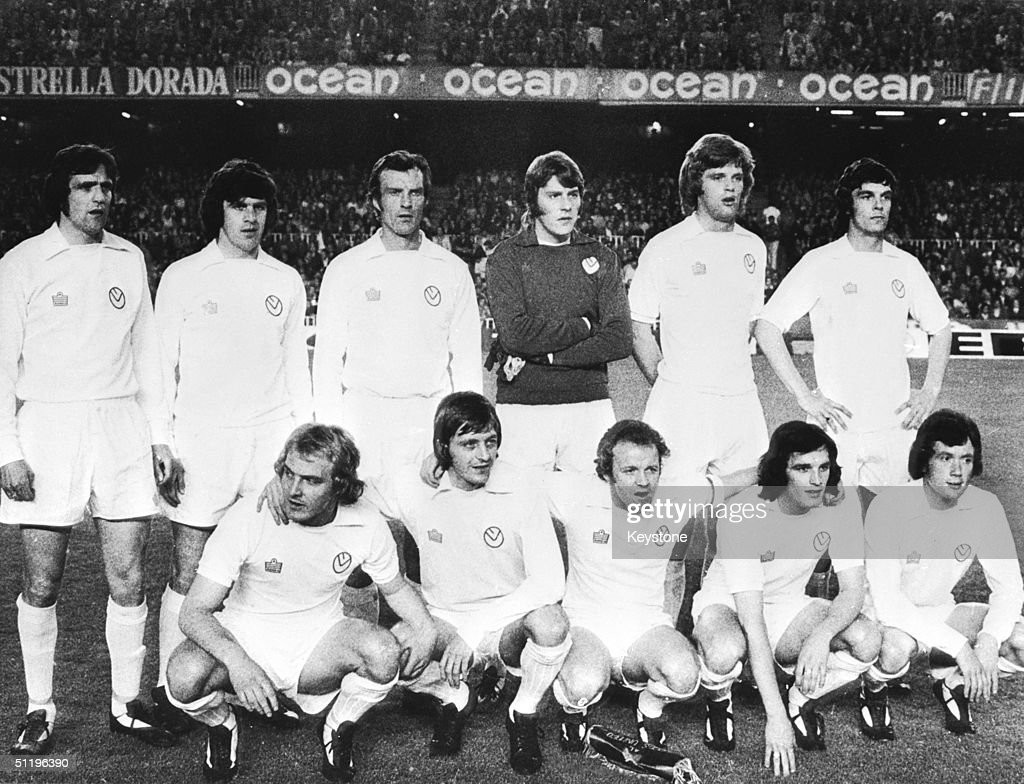 Leeds United line up for a team photograph before the semifinal of the European Cup against Barcelona 29th April 1975 From left to right back row...