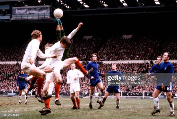Leeds United's Mick Jones Jack Charlton and Allan Clarke challenge Chelsea goalkeeper Peter Bonetti watched by teammate Billy Bremner and Chelsea's...