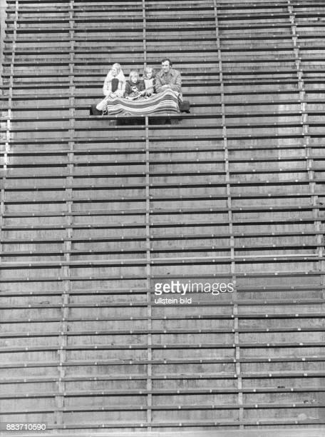 Leere Ränge im Olympiastadion nur eine einsame Familie als Zuschauer 1975