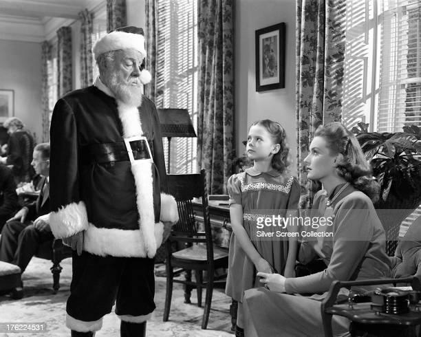 Edmund Gwenn as Kris Kringle Natalie Wood as Susan Walker and Maureen O'Hara as Doris Walker in 'Miracle On 34th Street' written and directed by...