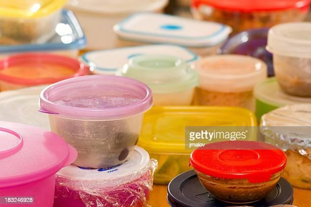 Les restes de nourriture dans un contenant en plastique