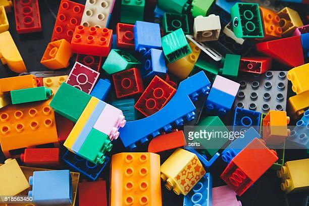 Edificio de ladrillos Lego y cuadras