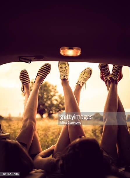 Beine auf Road trip
