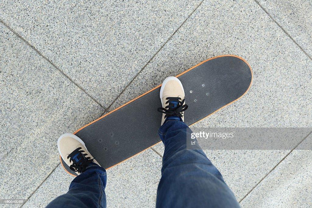 Pernas no skate de Equitação : Foto de stock