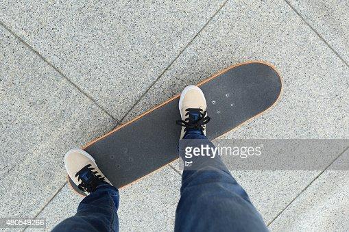 Piernas riding sobre monopatín : Foto de stock