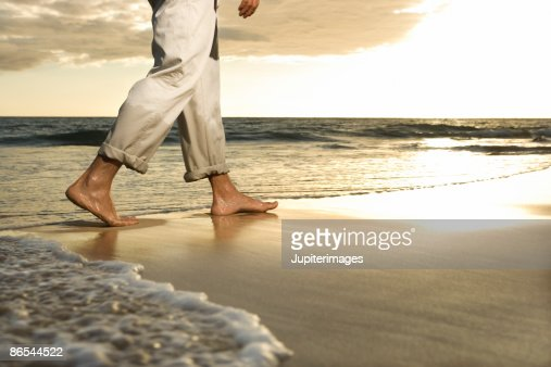 Legs walking on beach : Stock-Foto