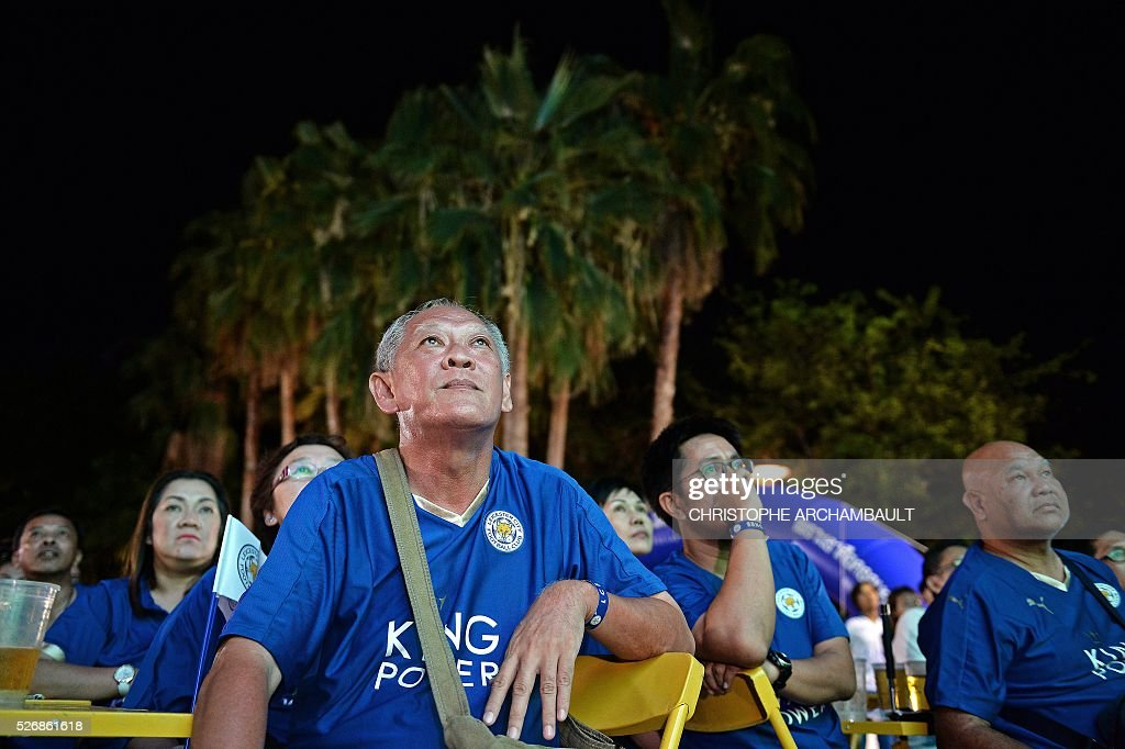 Leicester City football supporters watch a live broadcast of the English Premier League football match between Manchester United and Leicester City played at Old Trafford in Manchester, on May 1, 2016 in Bangkok. / AFP / CHRISTOPHE
