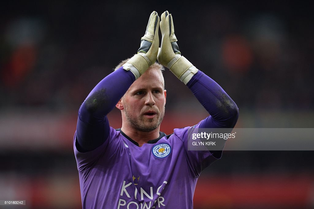 Leicester City's Danish goalkeeper Kasper Schmeichel applauds the fans following the English Premier League football match between Arsenal and Leicester at the Emirates Stadium in London on February 14, 2016. / AFP / GLYN KIRK / RESTRICTED TO EDITORIAL USE. No use with unauthorized audio, video, data, fixture lists, club/league logos or 'live' services. Online in-match use limited to 75 images, no video emulation. No use in betting, games or single club/league/player publications. /