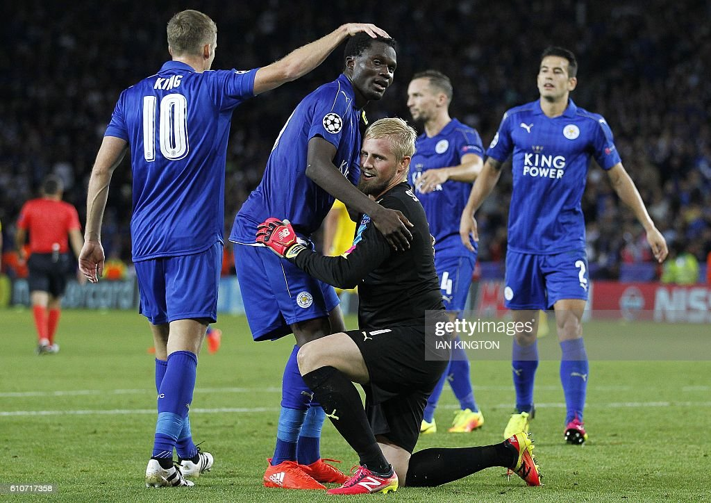 Leicester City's Danish goalkeeper Kasper Schmeichel (C) celebrates with teammates after the UEFA Champions League group G football match between Leicester City and Porto at the King Power Stadium in Leicester, central England on Septmeber 27, 2016. Leicester won the match 1-0. / AFP / Ian Kington