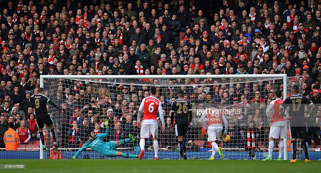 Leicester City's English striker Jamie Vardy (L) shoots from the penalty spot to score his team's first goal past Arsenal's Czech goalkeeper Petr Cech (2L) during the English Premier League football match between Arsenal and Leicester at the Emirates Stadium in London on February 14, 2016. / AFP / GLYN KIRK / RESTRICTED TO EDITORIAL USE. No use with unauthorized audio, video, data, fixture lists, club/league logos or 'live' services. Online in-match use limited to 75 images, no video emulation. No use in betting, games or single club/league/player publications. /