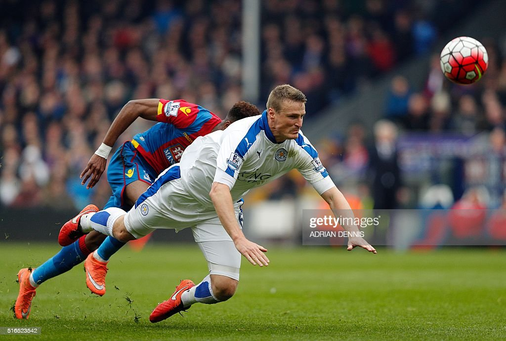 Leicester City's German defender Robert Huth (Foreground) in action during the English Premier League football match between Crystal Palace and Leicester City at Selhurst Park in south London on March 19, 2016. / AFP / ADRIAN DENNIS / RESTRICTED TO EDITORIAL USE. No use with unauthorized audio, video, data, fixture lists, club/league logos or 'live' services. Online in-match use limited to 75 images, no video emulation. No use in betting, games or single club/league/player publications. /