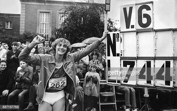 Leichtathletin DDR freut sich über ihren Weltrekord beim Weitsprung mit 744 m beim Wettbewerb der besten Leichtathleten der DDR im Berliner Sportforum