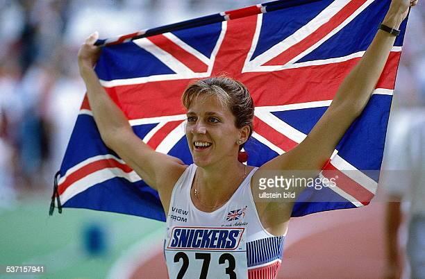 Leichtathletin GB WM in Stuttgart Weltmeisterin mit neuem Weltrekord von 5274 sek über 400m Hürden jubelt mit dem 'Union Jack' 1993
