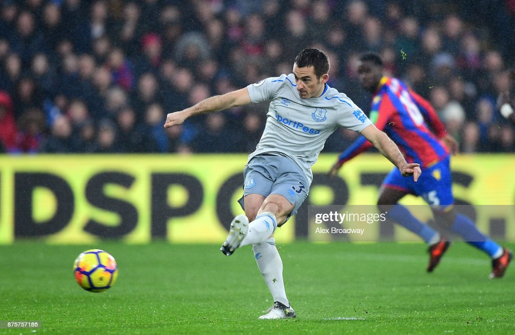 Leighton Baines of Everton converts the penalty to score his side's first goal to make it 1-1 during the Premier League match between Crystal Palace and Everton at Selhurst Park on November 18, 2017 in London, England.