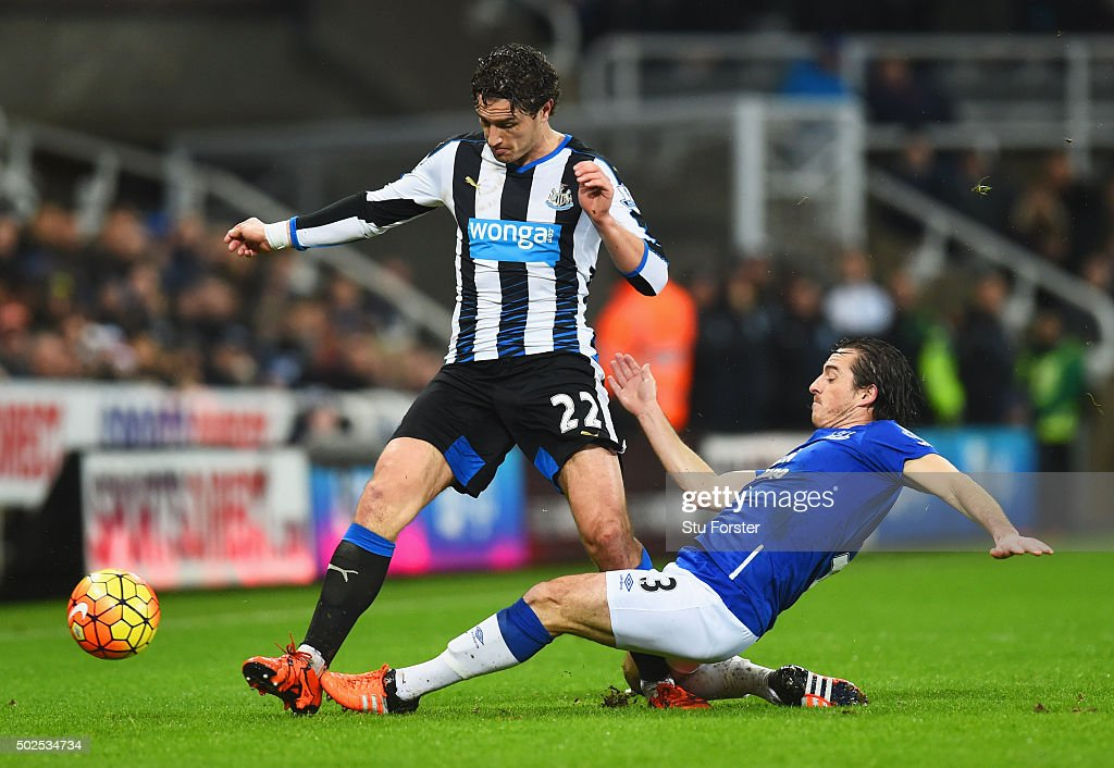 <a gi-track='captionPersonalityLinkClicked' href=/galleries/search?phrase=Leighton+Baines&family=editorial&specificpeople=682452 ng-click='$event.stopPropagation()'>Leighton Baines</a> of Everton slides to tackle <a gi-track='captionPersonalityLinkClicked' href=/galleries/search?phrase=Daryl+Janmaat&family=editorial&specificpeople=6134960 ng-click='$event.stopPropagation()'>Daryl Janmaat</a> of Newcastle United during the Barclays Premier League match between Newcastle United and Everton at St James' Park on December 26, 2015 in Newcastle upon Tyne, England.