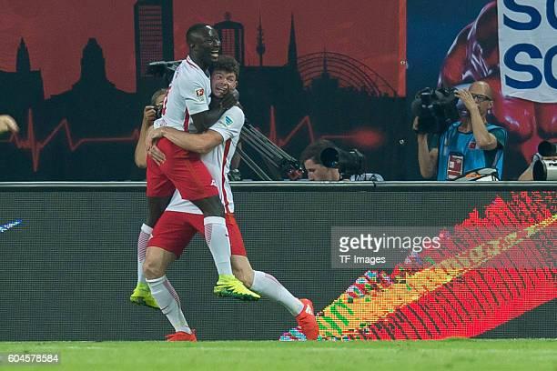 Leipzig Germany 1Bundesliga 2 Spieltag RB Leipzig BV Borussia Dortmund 10 Naby Keita und Oliver Burke jubelt nach dem treffer zum 10