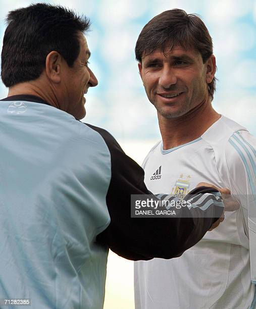 Argentine goalkeeper Roberto Abbondanzieri chats with assistant Ubaldo Fillol during team's reconnaissance at Leipzig stadium 23 June 2006 Argentina...