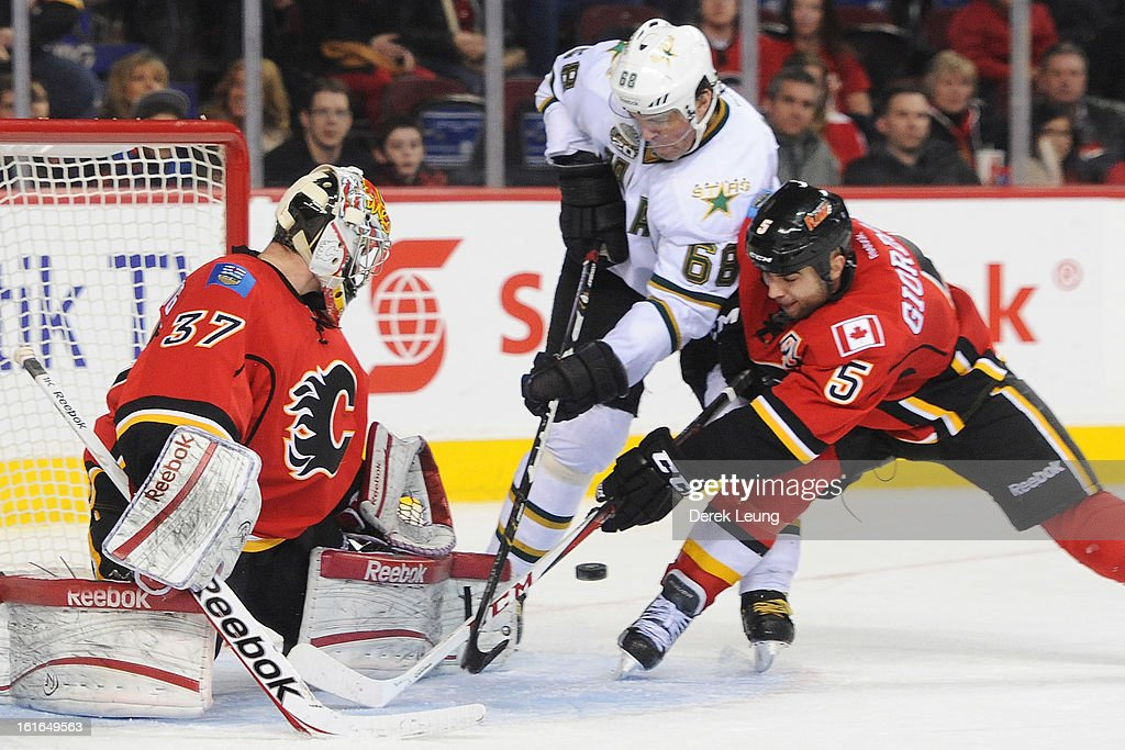 Leland Irving #37 of the Calgary Flames eyes the loose puck in front of <a gi-track='captionPersonalityLinkClicked' href=/galleries/search?phrase=Jaromir+Jagr&family=editorial&specificpeople=201633 ng-click='$event.stopPropagation()'>Jaromir Jagr</a> #68 of the Dallas Stars during an NHL game at Scotiabank Saddledome on February 13, 2013 in Calgary, Canada. Flames won 7-4.