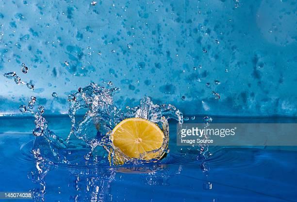 Zitrone ins Wasser planschen