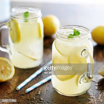 Citronnade en pot avec de la glace et de menthe : Photo