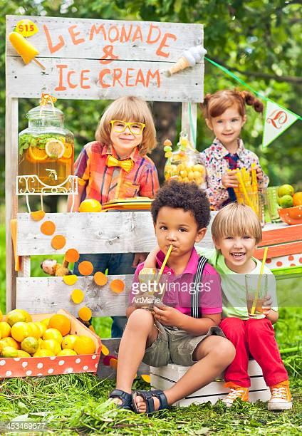 Limonadenstand und Kinder
