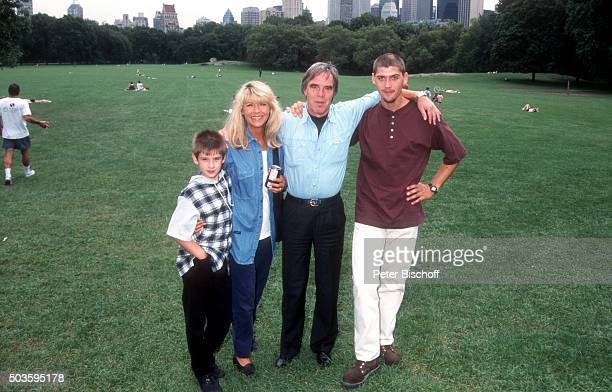 'Lena Valaitis Ehemann Horst Jüssen Sohn Marco Wiedmann und Sohn DonDavid Jüssen FamilienUrlaub am im Central Park in Manhattan New York USA '