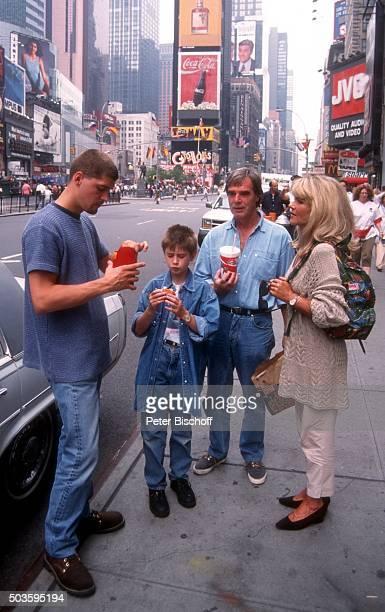 'Lena Valaitis Ehemann Horst Jüssen Sohn Marco Wiedmann und Sohn DonDavid Jüssen FamilienUrlaub am am Times Square in Manhattan New York USA '